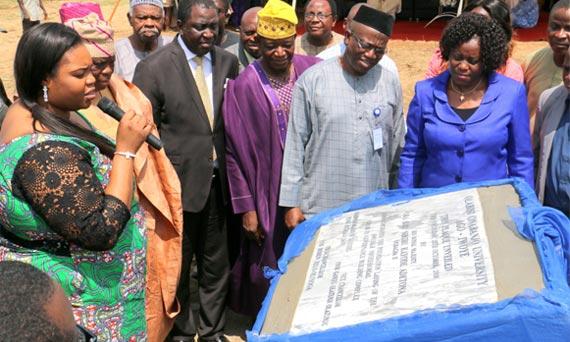 Princess Adetoun Adetona unveiling the plaque of the Professorial Chair building